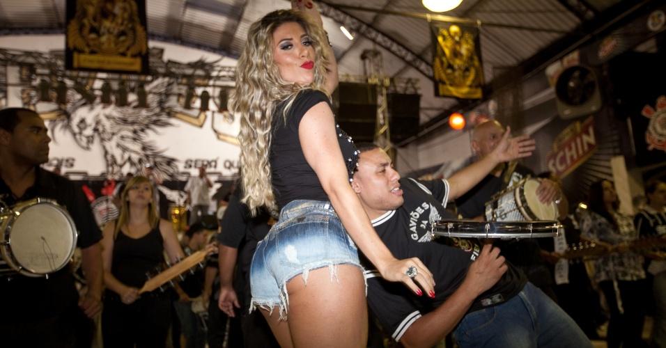 1.nov.2013 -  A rainha de bateria Tatiane Minerato participa de ensaio na quadra da Gaviões, em São Paulo