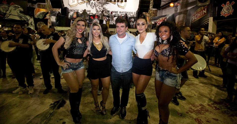1.nov.2013 - As irmãs Tati e Ana Paula Minerato com Andres Sanches, Sabrina Sato no ensaio da Gaviões da Fiel para o Carnaval 2014