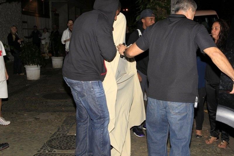 1.nov.2013 - Justin Bieber sai de termas em Ipanema, no Rio de Janeiro, debaixo de um lençol branco