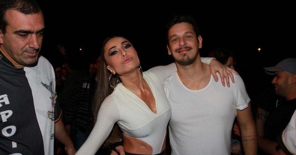 1.nov.2013 - Sabrina Sato leva o namorado João Vicente ao ensaio da Gaviões na noite de sexta (1), em São Paulo