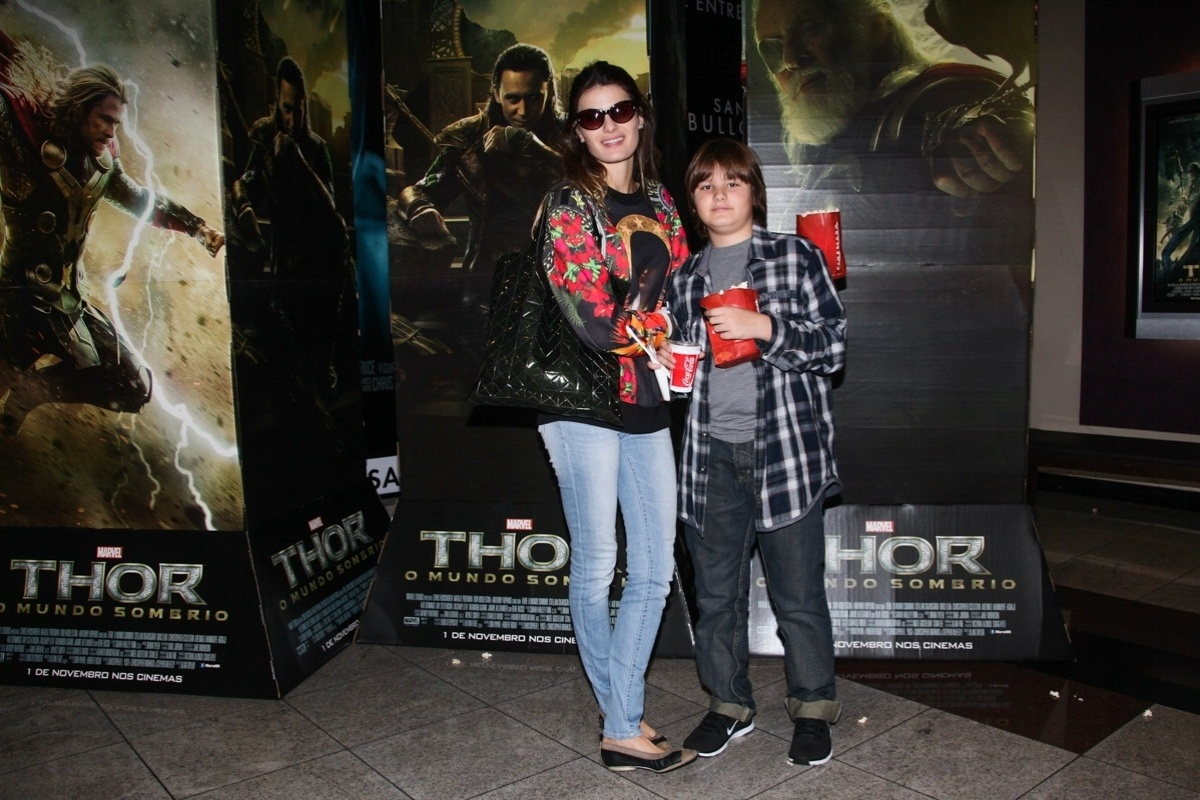 2.nov.2013 - A modelo Isabeli Fontana vai com o filho Zion à sessão para convidados do filme