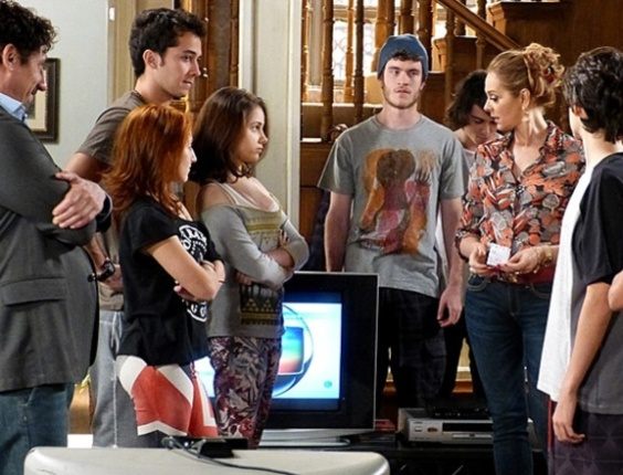 """Em """"Malhação"""", Sidney assume culpa por bagunça e impede Maura de cobrar dos vizinhos"""