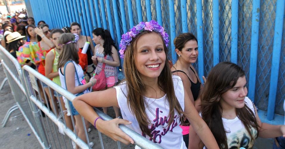 3.nov.2013 - Fã de Bieber usa coroa de flores como se fosse a garota escolhida para subir ao palco com o cantor pop canadense