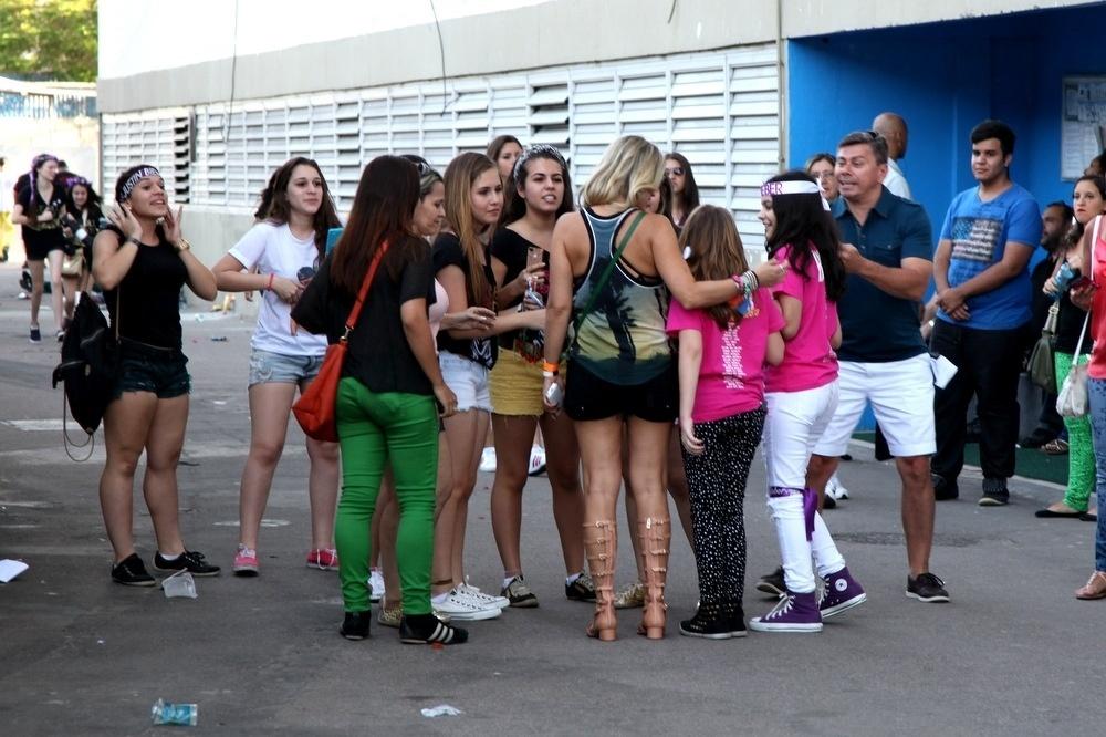 3.nov.2013 - Flávia Alessandra vai a show de Justin Bieber com filha e é rodeada por fãs