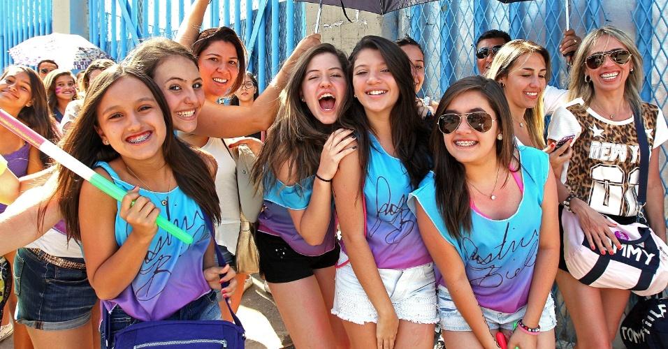 3.nov.2013 - Garotas fazem camiseta para homenagear Justin Bieber em seu último show no Brasil, no Rio de Janeiro