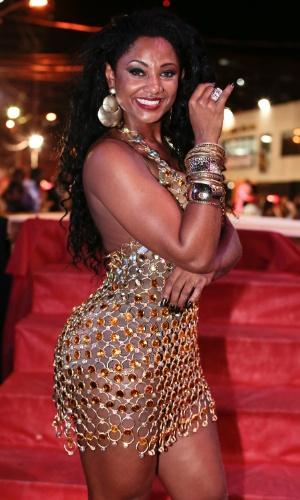 3.nov.2013 -  A rainha de bateria da Vai Vai, Camila Silva, recepciona os convidados em primeiro ensaio de apresentação das baterias