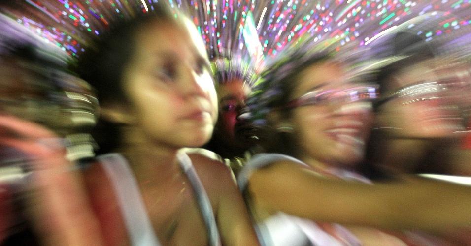 3.nov.2013 - Fãs de Bieber dão espetáculo de choradeira em show no Rio de Janeiro