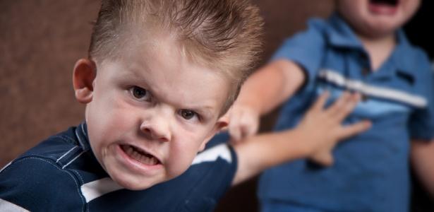 Os adultos devem ter cuidado com a forma como expressam suas frustrações; as crianças imitam o que veem