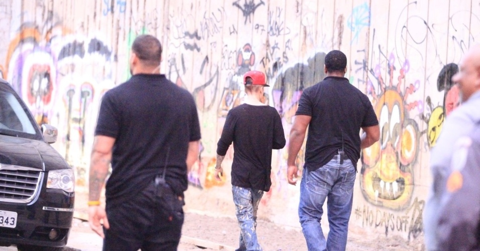 5.nov.2013 - Após grafitar muro em São Conrado, no Rio de Janeiro, e tirar fotos com fãs, Justin Bieber deixa o local. Ele se dirigiu em seguida para a Barra da Tijuca