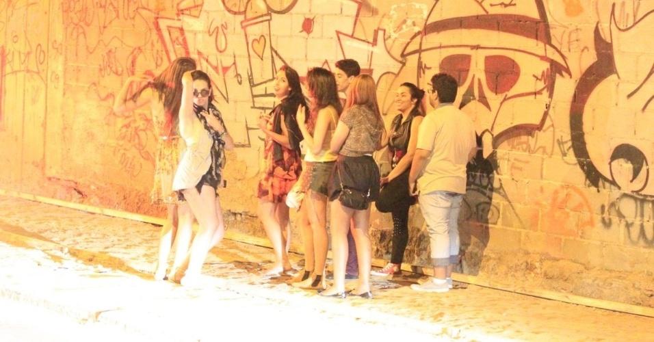 5.nov.2013 - Fãs se reúnem no bairro de São Conrado, no Rio de Janeiro, e aguardam para tirar fotos com Justin Bieber, que passou a madrugada grafitando um muro. De acordo com a agência de fotografias AgNews, os fotógrafos presentes no local foram agredidos pelos seguranças de Bieber enquanto o cantor grafitava e a polícia chegou a ser chamada