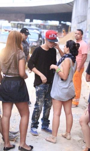 5.nov.2013 - Justin Bieber é tietado por fãs no bairro de São Conrado, no Rio de Janeiro, após passar a madrugada grafitando um muro. De acordo com a agência de fotografias AgNews, os fotógrafos presentes no local foram agredidos pelos seguranças de Bieber enquanto o cantor grafitava e a polícia chegou a ser chamada