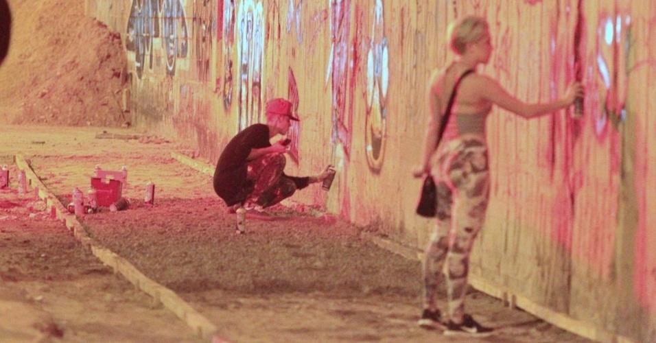 5.nov.2011 - Justin Bieber grafita muro do bairro de São Conrado, no Rio de Janeiro, durante a madrugada. O cantor e sua equipe foram para o local por volta das 3h. De acordo com a agência de fotografias AgNews, os fotógrafos presentes no local foram agredidos pelos seguranças de Bieber e a polícia chegou a ser chamada. O astro teen ficou grafitando por cerca de três horas e atendeu a fãs