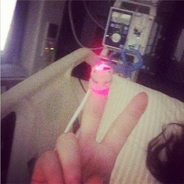 5.nov.2013 - Ex-BBB Maria Melilo posta foto no hospital após cirurgia