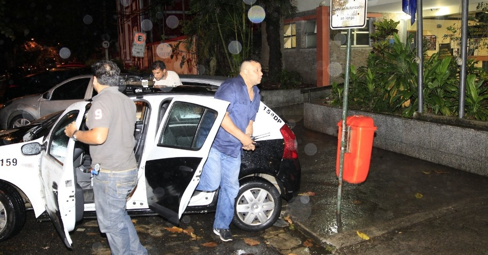 5.nov.2013 - Segurança pessoal de Justin Biber chega em delegacia após prestar depoimento