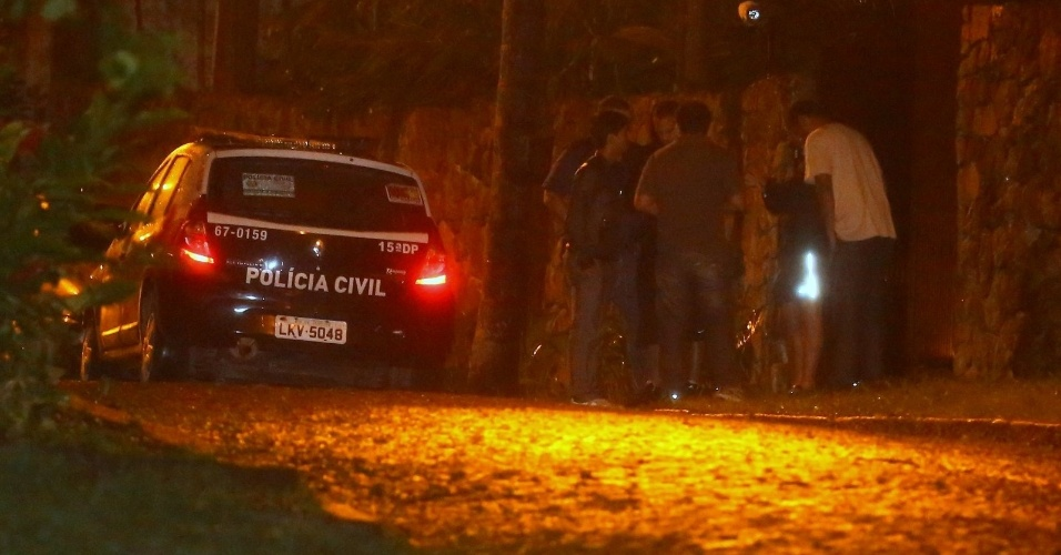 5.nov.2013 - Polícia vai até mansão alugada por Justin Bieber verificar denuncia de crime por pichação