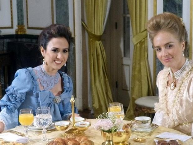 6.nov.2013 - Vestidas com figurino de época, Tatá Werneck e Angélica tomam chá da tarde no