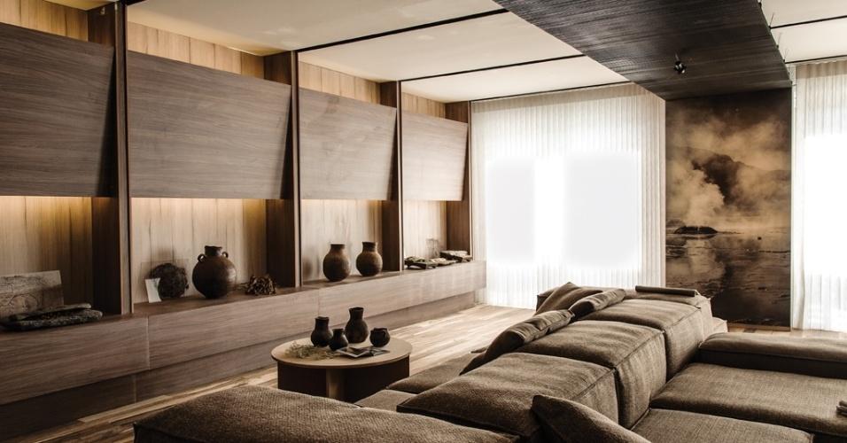 Tons de marrom e superfícies de madeira fazem a ambientação do