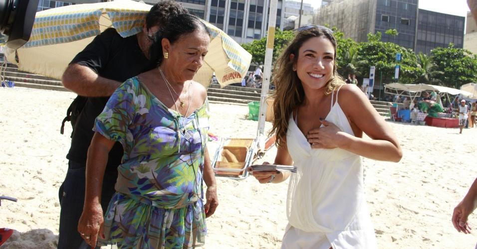 27.fev.2013 - Patricia Abravanel grava programa na praia de Copacabana, no Rio de Janeiro