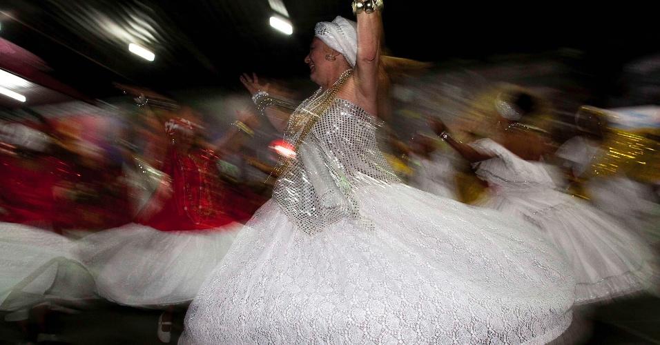 6.nov.2013 - Ala das baianas ensaiam para o Carnaval 2014 para escola de samba Mocidade Alegre de São Paulo