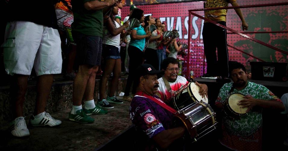 6.nov.2013 - Campeã do Carnaval 2013, Mocidade Alegre faz ensaio com integrantes da bateria em São Paulo
