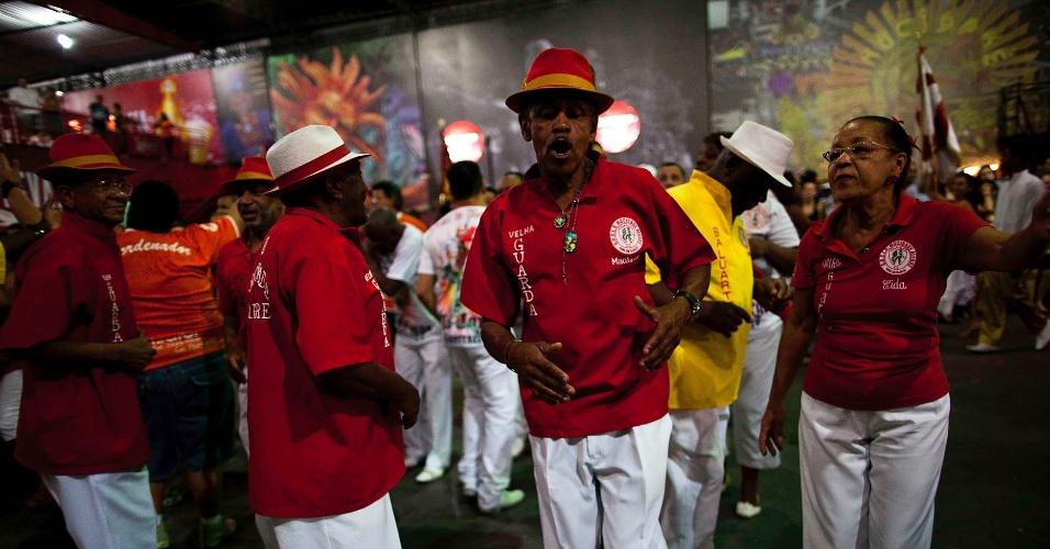 6.nov.2013 - Velha guarda se diverte durante ensaio da escola de samba Mocidade Alegre, em São Paulo
