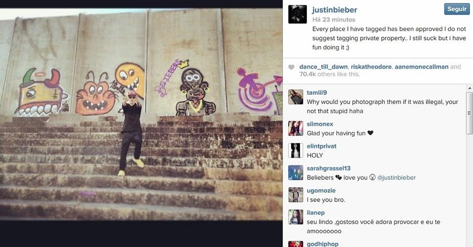 7.nov.2013 - Justin Bieber se defende de acusação de pichar um muro de um hotel no Rio de Janeiro