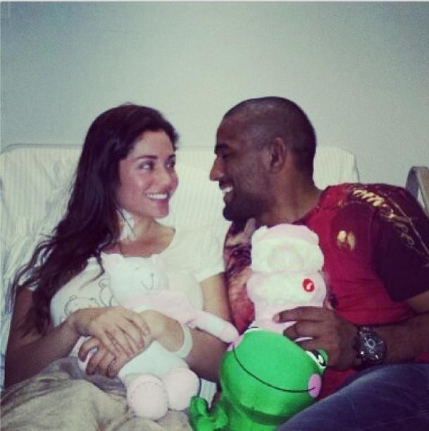 7.nov.2013 - Maria recebe a visita do noivo Serginho no hospital Sírio Libanês, em SP
