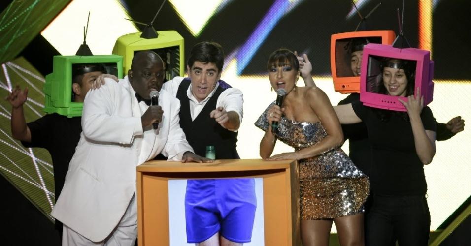 O apresentador Marcelo Adnet, Sabrina Sato e Charles Henriquepédia, em 2010, durante a noite de premiacao da MTV Brasil