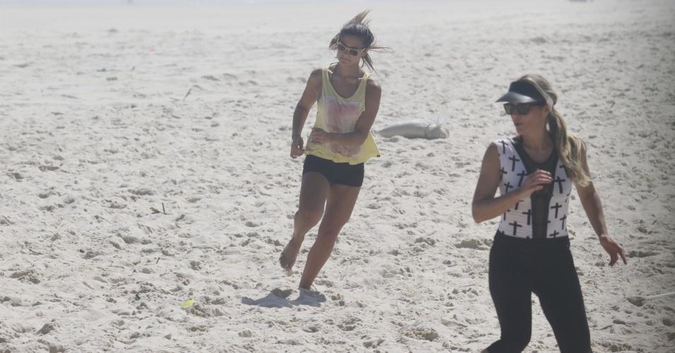 8.nov.2013 - Giulia, filha de Flávia Alessandra, aproveitou a tarde desta sexta para se exercitar na praia da Barra, no Rio