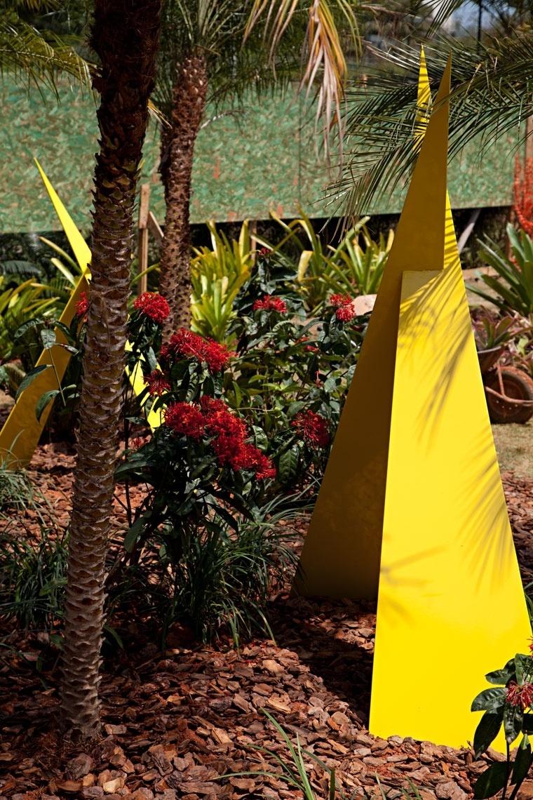 Jardim do Boulevard foi criado por Cecília Monarcha, que se inspirou em Inhotim, Instituto de Arte Contemporânea e Jardim Botânico localizado em Brumadinho (MG). As esculturas de ferro coloridas de Roberto Cardin são as