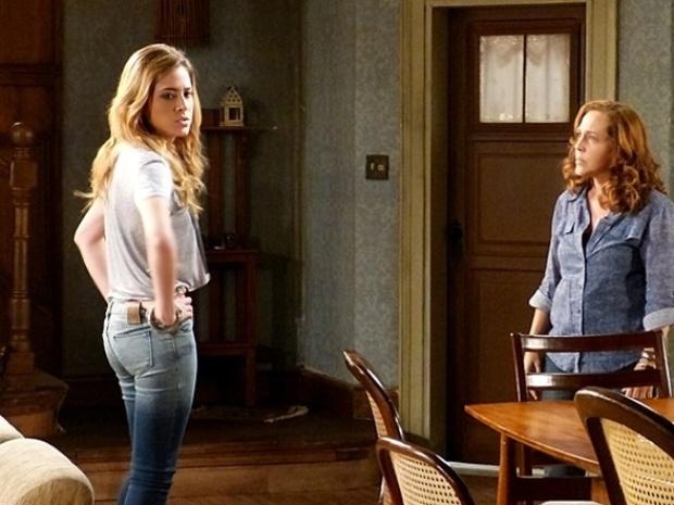 """Em """"Malhação"""",  Sofia reclama para Vera da superlotação do casarão"""