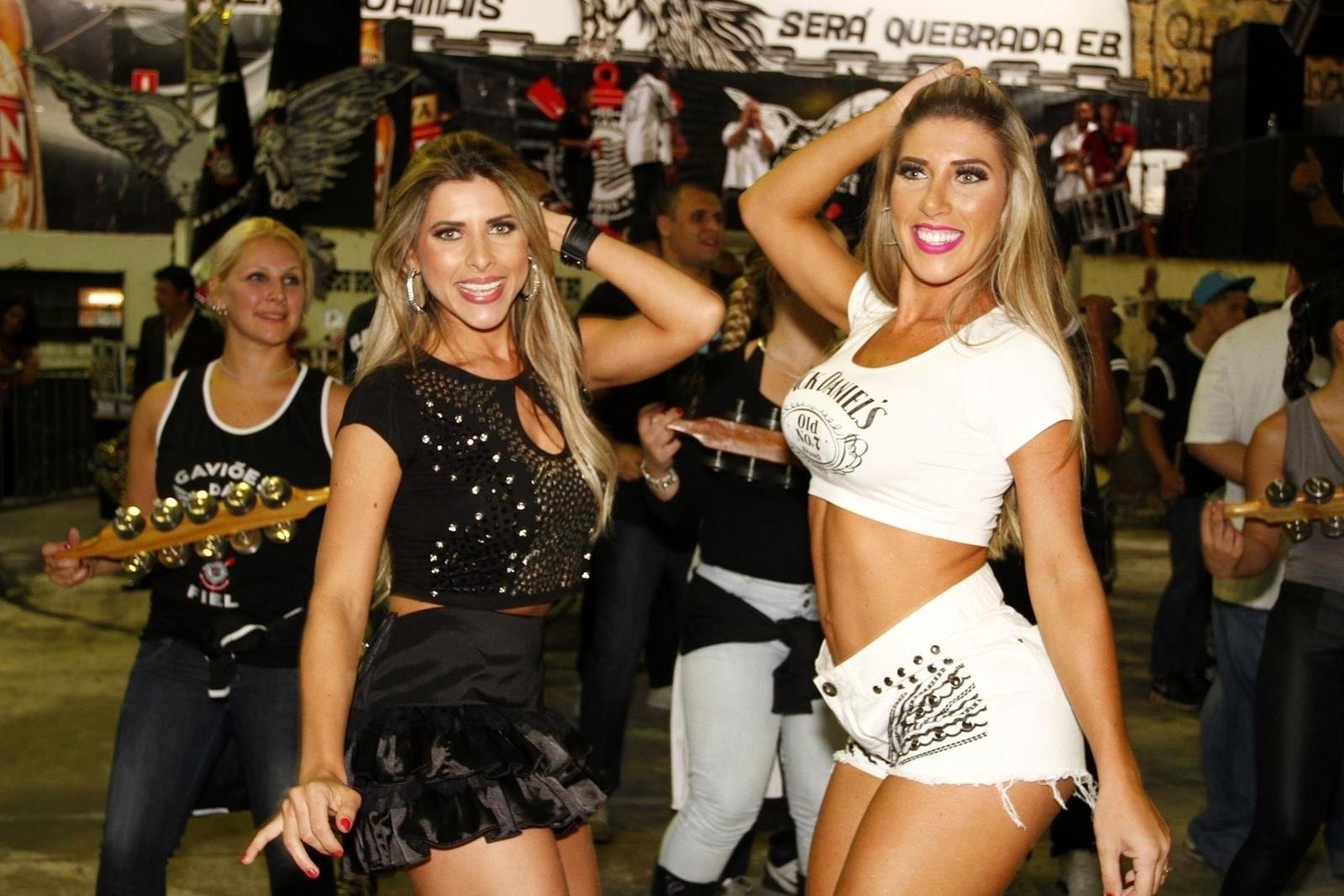 9.nov.2013 - Ana Paula (esq.) e Tati Minerato, musa e rainha da bateria da Gaviões da Fiel, sambam durante ensaio na quadra da escola de samba, no Bom Retiro, em São Paulo