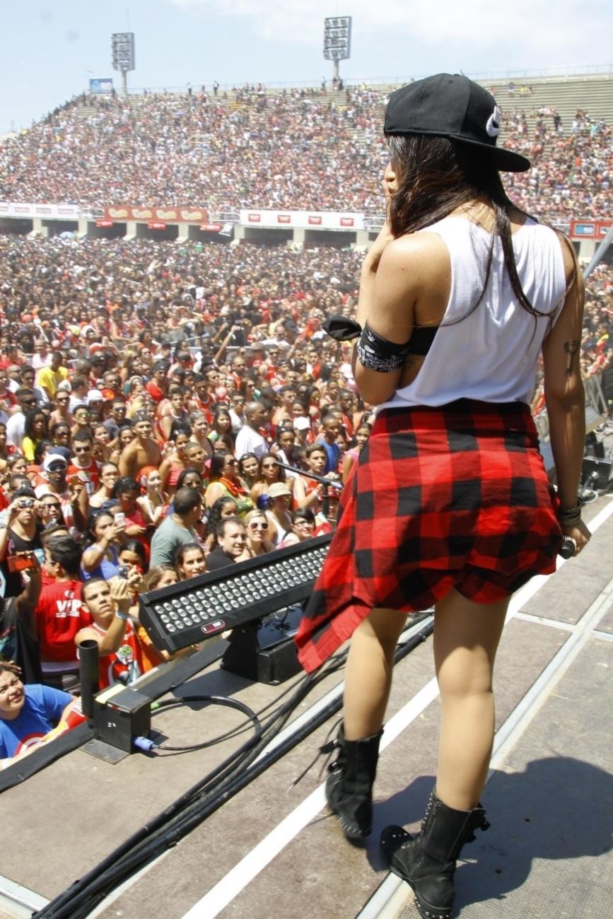 10.nov.2013 - Anitta durante o show da Maratona FM O Dia, na Praça da Apoteose, na tarde deste domingo (10), no Rio de Janeiro. Poderosa do momento, a funkeira empolgou o público carioca, que ficou horas embaixo do sol quente esperando ela cantar