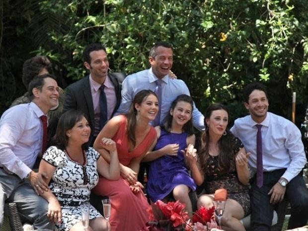 11.nov.2013 - Elenco posa para foto em momento de descontração nas gravações do casamento de César (Antonio Fagundes) e Aline (Vanessa Giácomo)