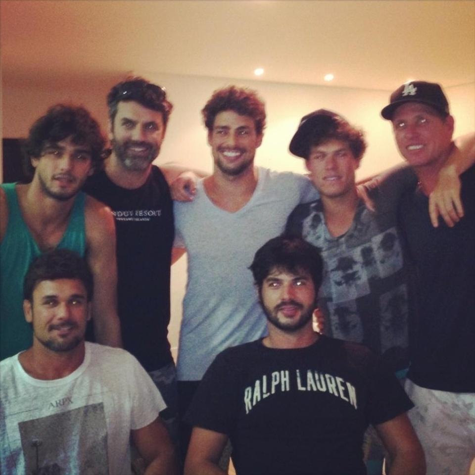 11.nov.2013 - O ator Cauã Reymond está em Santa Catarina desfrutando da companhia de amigos; o ator também foi visto surfando na praia brava em Itajaí, mas se recusou a falar com jornalistas
