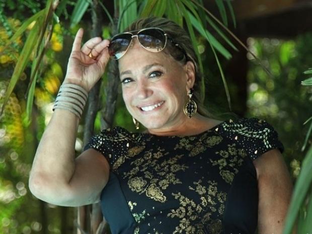 11.nov.2013 - Susana Vieira, que interpreta a personagem Pilar, posa para foto nos bastidores de gravação do casamento de César (Antonio Fagundes) e Aline (Vanessa Giácomo)