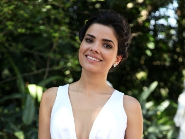 11.nov.2013 - Vanessa Giácomo posa de noiva na cena do casamento de Aline e César (Antonio Fagundes)