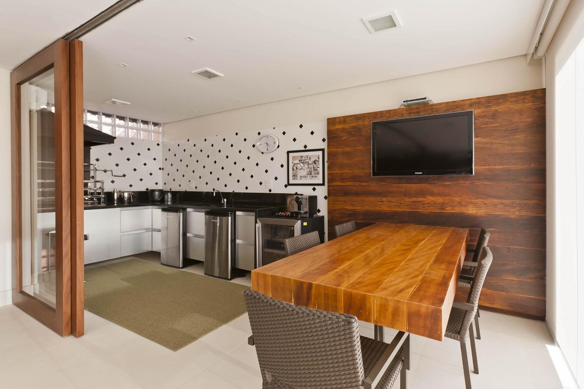 cozinha gourmet (6 m x 2 5 m) acopla se à varanda pelas portas de  #AD5313 1920 1280