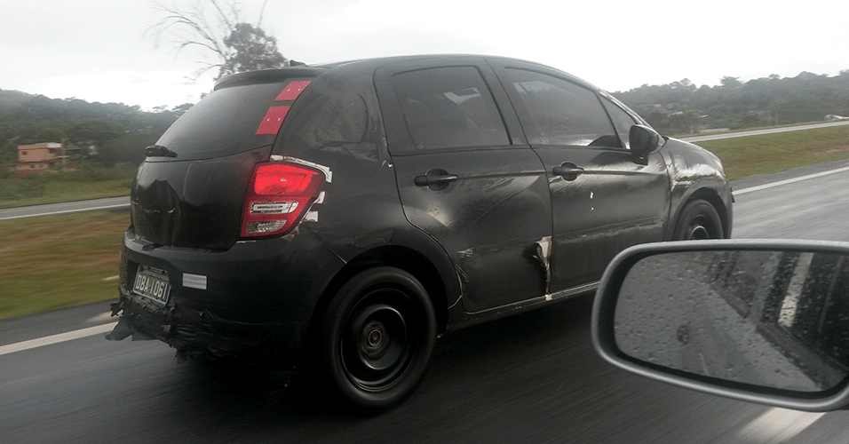 Citroën C3 camuflado para esconder possíveis adereços aventureiros trafega pela rodovia dos Imigrantes, em São Paulo; seria a volta da versão XTR?