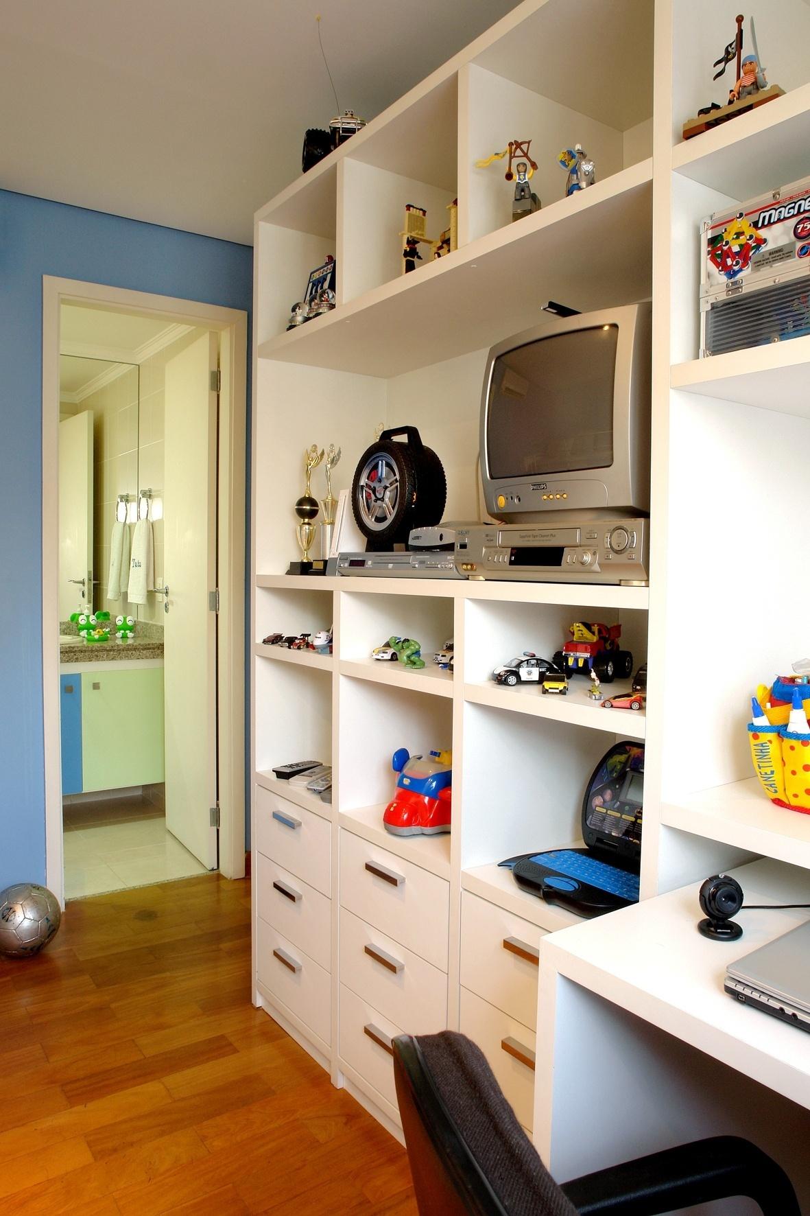 está a estante com nichos e gavetas. Com rodinhas a escrivaninha  #BD6508 1181x1772
