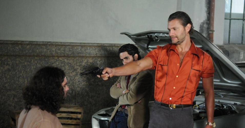 Picasso (Vitor Hugo) ameaça Veludo (Guilherme Winter) com arma