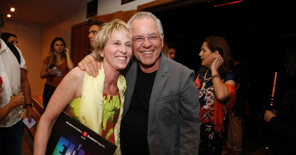 12.nov.2013 - A coreógrafa Deborah Colker e o escritor Nelson Mota posam juntos