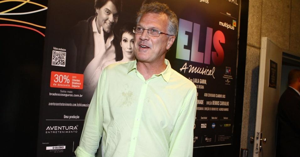 """12.nov.2013 - Pedro Bial prestigiou o espetáculo """"Elis - A Musical"""", no Teatro Oi Casa Grande, no Rio de Janeiro"""