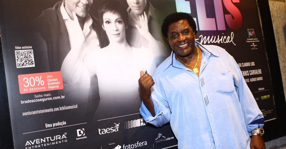 """12.nov.2013 - Tony Tornado prestigiou o espetáculo """"Elis - A Musical"""", no Teatro Oi Casa Grande, no Rio de Janeiro"""
