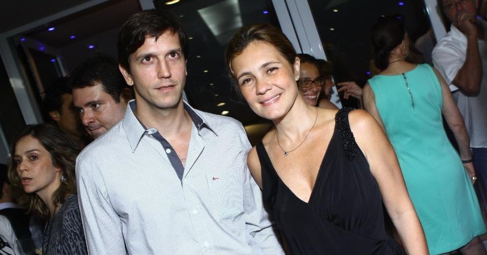 """12.nov.2013 - Vladimir Brichta e Adriana Esteves marcaram presença na sessão para convidados do espetáculo """"Elis - A Musical"""""""