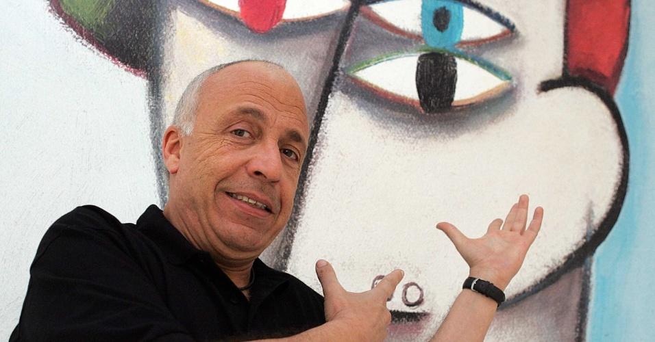 2006 - O artista plástico Gustavo Rosa com uma de suas obras