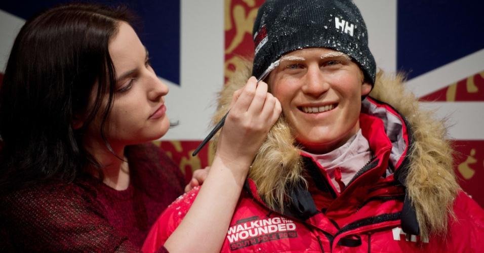 13.nov.2013 - Artista do Museu Madame Tussauds de Londres trabalha em figura de cera do Príncipe Harry vestido para a neve