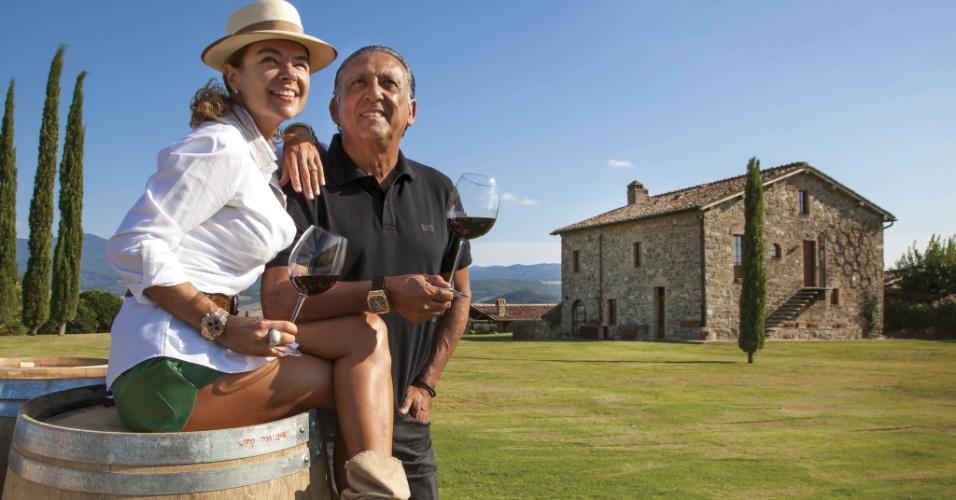 13.nov.2013 - Galvão Bueno posa na Itália com a mulher, Desirée