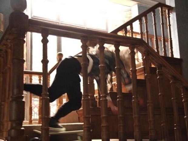 """Em """"Malhação"""", Meg cai da escada após discutir com Sofia"""