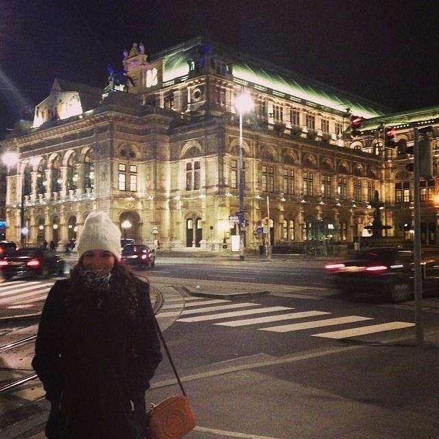 13.nov.2013 - Bruna Marquezine passeia por Viena, na Áustria. A atriz está na cidade para gravar cenas de